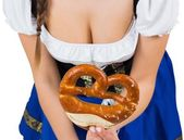 Oktoberfest girl showing pretzel — ストック写真