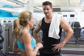 Bodybuilding uomo e donna parlare insieme — Foto Stock