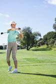Golfista tomando un tiro — Foto de Stock