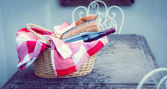 Picnic basket of wine and bread — Stock Photo