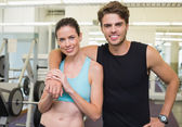 Fit attractive couple smiling — Стоковое фото
