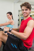 Man working out on the rowing machine — Stock Photo