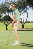 Golfista feminina colocando a bola — Foto Stock