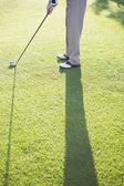 Golfer standing on putting green — Stock Photo