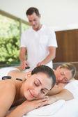 Vrienden krijgen hot stone-massage — Stockfoto