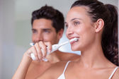 Couple brushing their teeth in the morning — Stock fotografie