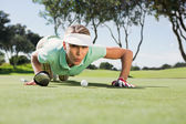 Golfista soprando sua bola no putting green — Foto Stock