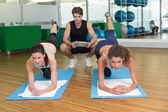 Passen Sie Frauen arbeiten mit trainer — Stockfoto