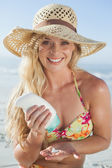Blonde applying suncream — Stock Photo