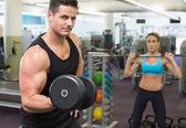 Gespierde man en vrouw Gewichtheffen — Stockfoto