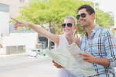 Tourist couple consulting the map — Stockfoto