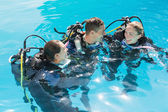 Friends on scuba training in swimming pool — Photo