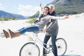 Couple going on a bike ride on the beach — Stock Photo