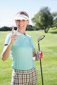 Golfista parado y apuntando hacia arriba — Foto de Stock