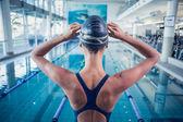 пловец стоя у бассейна — Стоковое фото