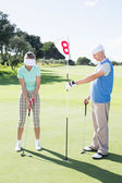 Golfer putting ball — Stockfoto