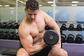 Bodybuilder lifting heavy dumbbell — Stockfoto
