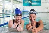 Zwemmers in het zwembad — Stockfoto