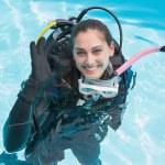 Frau auf Unterwasseratemgerät-Training im Schwimmbad — Stockfoto #48342329