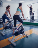 Spin class working out with instructor — Stock Photo