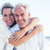 Married couple posing at the beach — Foto de Stock