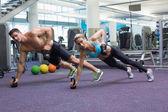 Musculação homem e mulher em posição de prancha — Fotografia Stock