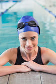 Fit swimmer in the pool smiling — Stock fotografie