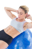 Woman doing sit ups on exercise ball — Stock Photo