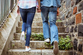 Hip young couple walking up steps — Foto de Stock