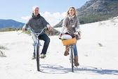 Paar gaan voor een fietstocht — Stockfoto