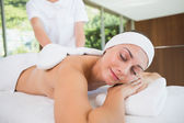 Beauty therapist rubbing womans back — Foto Stock