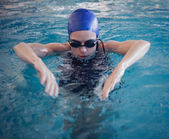 Fit woman swimming in the pool — Stock Photo