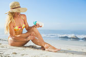 Woman applying suncream — Stockfoto