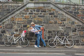 Hip couple dancing by wall with bikes — Stock fotografie