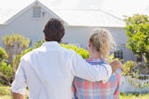 Couple looking at house — Foto de Stock