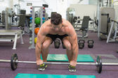 Bodybuilder about to lift barbell weight — Stockfoto