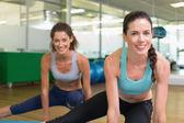 Donne che si estende su stuoie di esercizio — Foto Stock