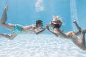 Couple kissing underwater — Stockfoto