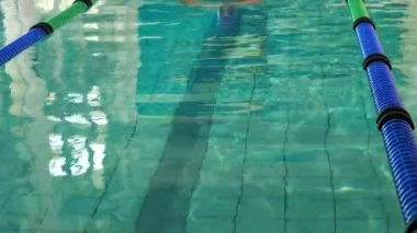 Fit man doing the breast stroke — Stock Video