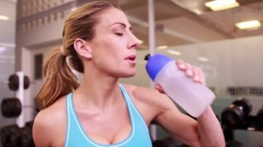 Woman drinking from water bottle — Stock Video