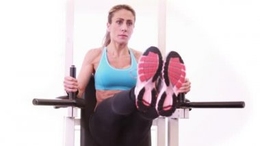 Super fit woman doing leg ups — Stock Video