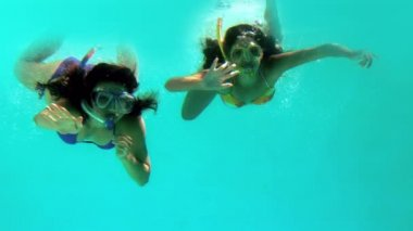 Happy friends underwater wearing snorkels — Vídeo Stock
