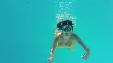 Gorgeous brunette swimming underwater wearing snorkel — Stock Video