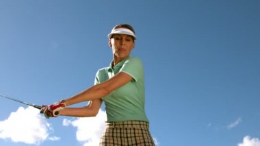 Lady golfer swinging her club — Stock Video