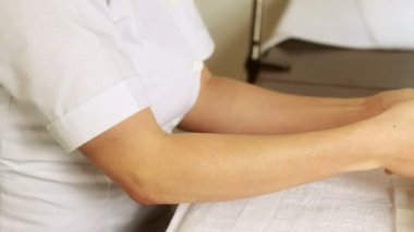 Beauty therapist massaging customers hands — Stock Video