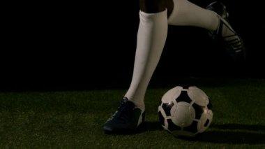Piłkarz kopiąc piłkę — Wideo stockowe