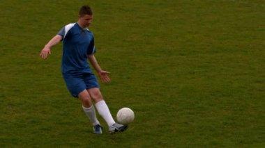 Football player kicking the ball — Stock Video