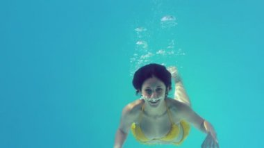 Gorgeous brunette swimming underwater — Stock Video