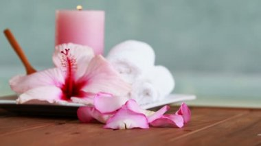 Towels candles and pink flower by the pool — Vídeo de Stock