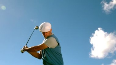 Handsome golfer swinging his club — Vídeo de stock